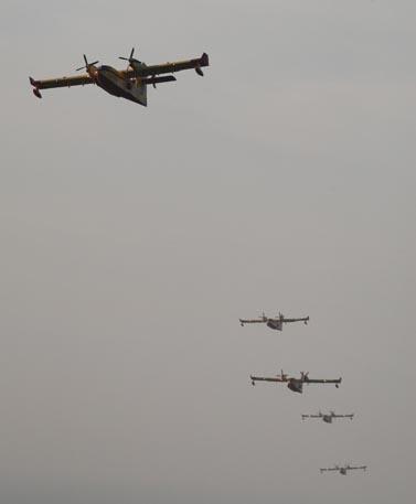 מטוסי כיבוי יווניים בפעולה, אתמול בצפון הארץ (צילום: מאיר פרטוש)