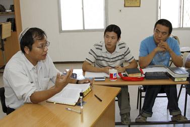 סינים, הנמנים לטענתם עם שבטי ישראל האבודים, לומדים תורה בישיבת מבתר בגוש-עציון (צילום: גרשון אלינסון)