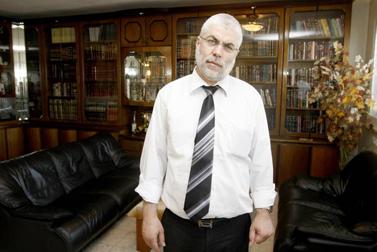 שלמה בניזרי, לשעבר שר העבודה והרווחה, אתמול בביתו, לאחר הינתן גזר הדין במשפטו (צילום: אביר סולטן)