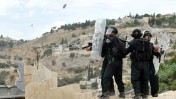 ערבים משליכים אבנים על שוטרים במזרח ירושלים, שלשום (צילום: יואב ארי דודקביץ')