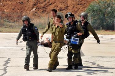 """חיילי צה""""ל מפנים את אחד הנפגעים ממשט הספינות לעזה לבית-החולים תל-השומר בתל-אביב, היום (צילום: יוסי זליגר)"""