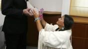 שר התשתיות עוזי לנדאו בלשכתו בירושלים, כשהוא מקבל מתנה מאן ריצ'רדסון, הצ'יף של וירג'יניה, ארצות-הברית. 4.10.09 (צילום: מרים אלסטר. לחצו להגדלה)