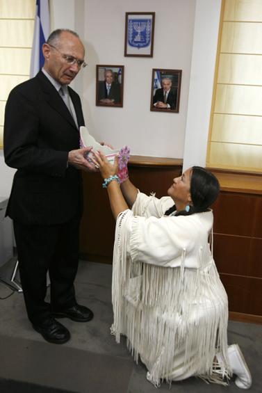 שר התשתיות עוזי לנדאו בלשכתו בירושלים, כשהוא מקבל מתנה מאן ריצ'רדסון, הצ'יף של וירג'יניה, ארצות-הברית. 4.10.09 (צילום: מרים אלסטר)