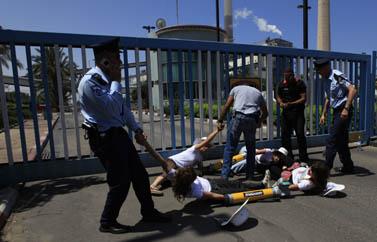שוטרים ומפגינים של גרינפיס אתמול, מול תחנת הכוח באשקלון (צילום: צפריר אביוב)