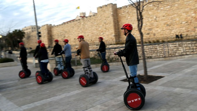 תיירים ליד חומות העיר העתיקה של ירושלים, אתמול (צילום: נתי שוחט)