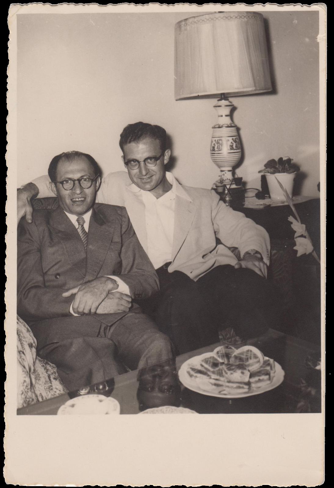 """יוסף חריף (מימין) עם ח""""כ מנחם בגין, 1955 (צילום: באדיבות המשפחה)"""