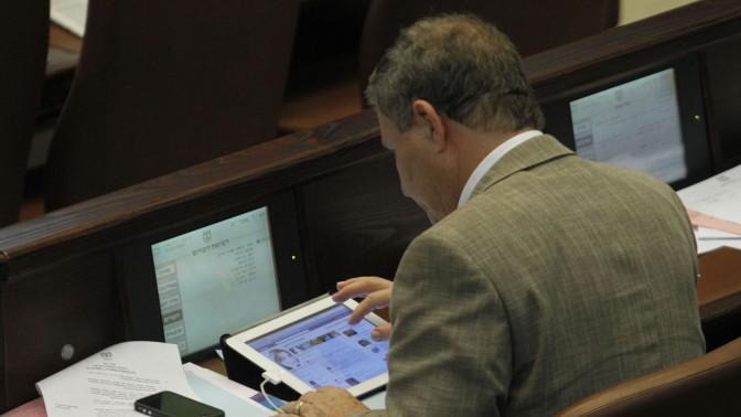 חבר הכנסת מאיר שטרית גולש בפייסבוק בזמן הדיונים על הצעת התיקון לחוק לשון הרע שהיה בין מגישיה, 21.11.11 (צילום: מרים אלסטר)
