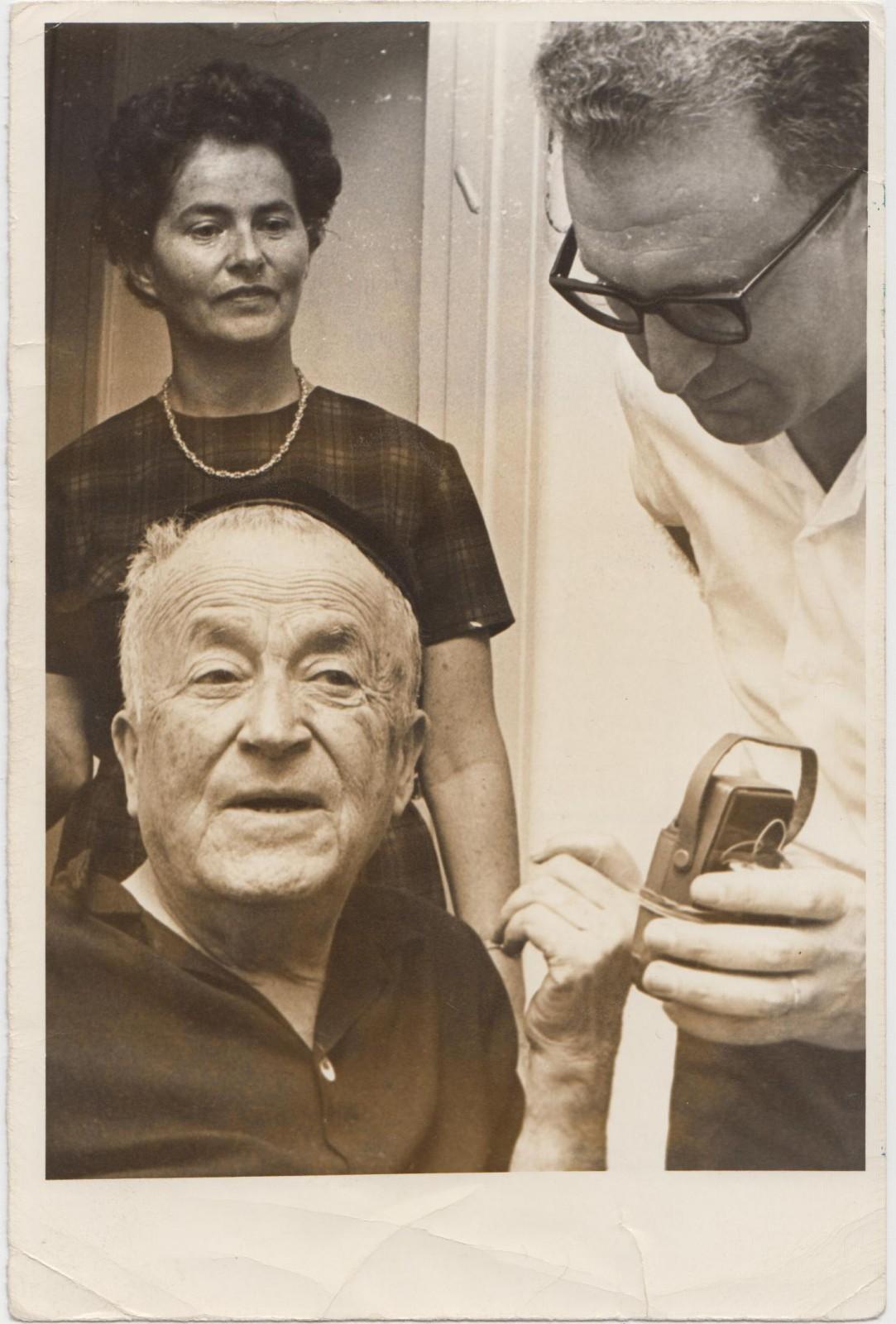 """יוסף חריף עם הסופר ש""""י עגנון, כשהתבשר על זכייתו בפרס נובל לספרות, 1966 (צילום: באדיבות המשפחה)"""