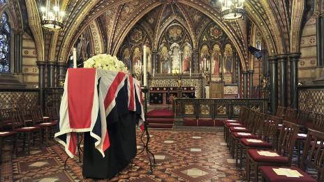 ארון הקבורה של מרגרט תאצ'ר, ערב הלווייתה (צילום: UK Parliament, CC BY-NC 2.0)