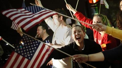 תושבי בוסטון חוגגים לכידת חשודים בטרור (צילום: choyoungkwan, רישיון CC BY-NC-ND 2.0)