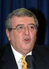 """דנקנר בימיו כעורך """"מעריב"""", 2005 (צילום: משה מילנר, לע""""מ)"""