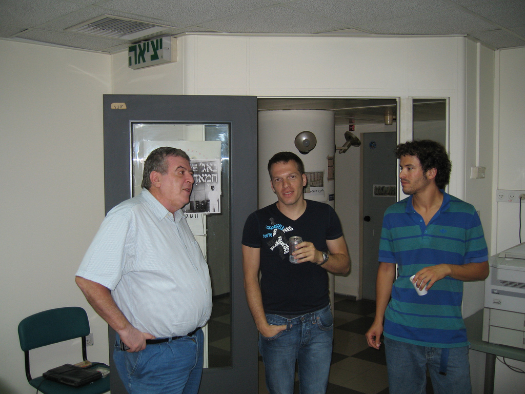 """אמנון דנקנר בבית """"מעריב"""" (מימין. לצדו, משמאל: אסף זלינגר ואורי רוזן. צילום: עמית נבון)"""