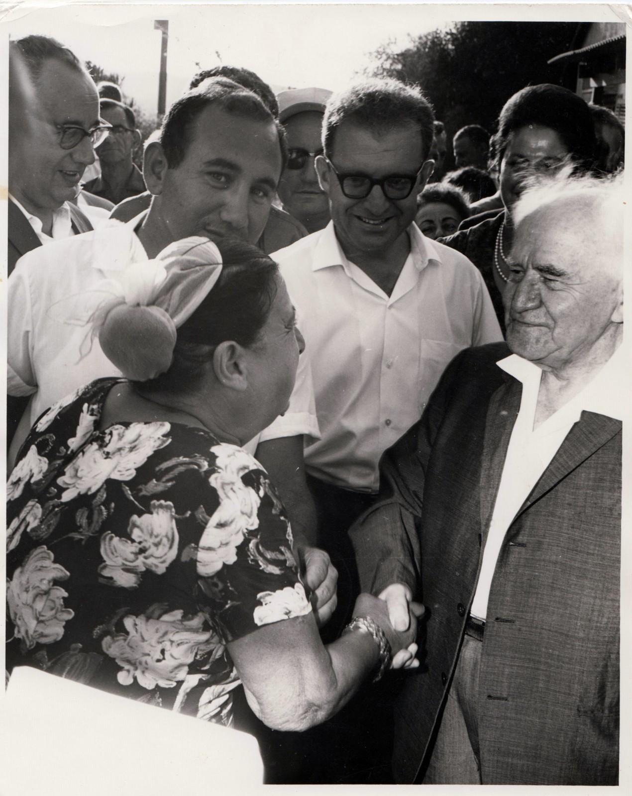 יוסף חריף (במרכז) עם דוד בן-גוריון, 1966 (צילום: באדיבות המשפחה)