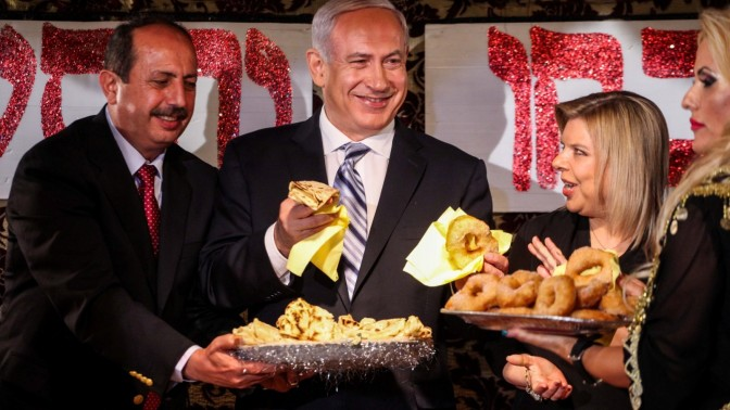 ראש הממשלה בנימין נתניהו ורעייתו שרה חוגגים את המימונה, אתמול באור עקיבא (צילום: אבישג שאר-ישוב)
