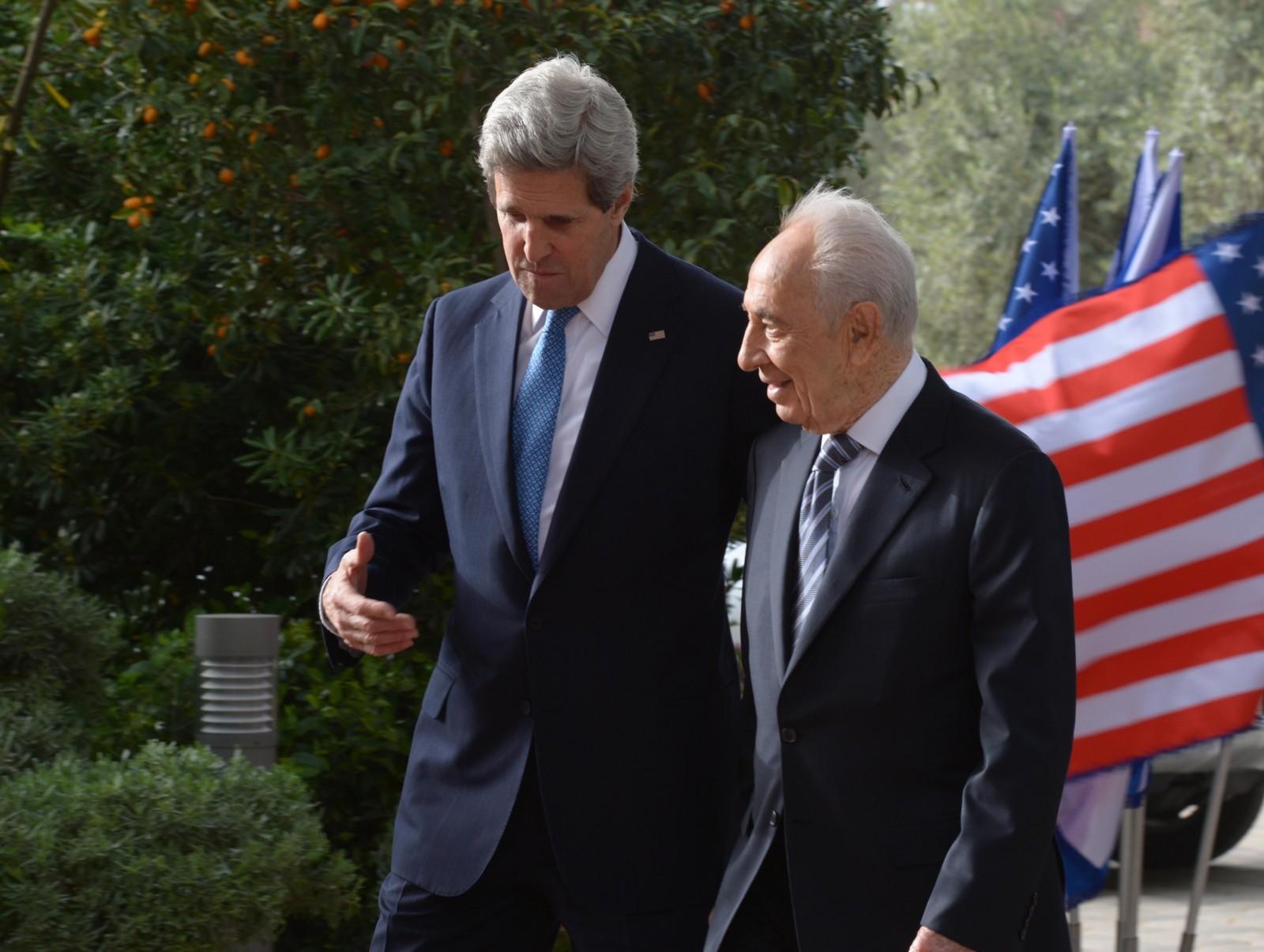 """נשיא המדינה שמעון פרס עם מזכיר המדינה האמריקאי ג'ון קרי, אתמול. צילום: מארק ניימן, לע""""מ"""
