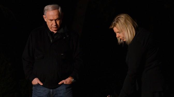 """ראש הממשלה בנימין נתניהו ורעייתו שרה עולים לקברו של יוני נתניהו ז""""ל, 13.4.13 (צילום: קובי גדעון)"""