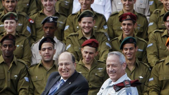 """שר הביטחון של מדינת ישראל, משה """"בוגי"""" יעלון, והרמטכ""""ל, רב-אלוף בני גנץ, מציינים את יום העצמאות במחיצת חיילים (צילום: מרים אלסטר)"""
