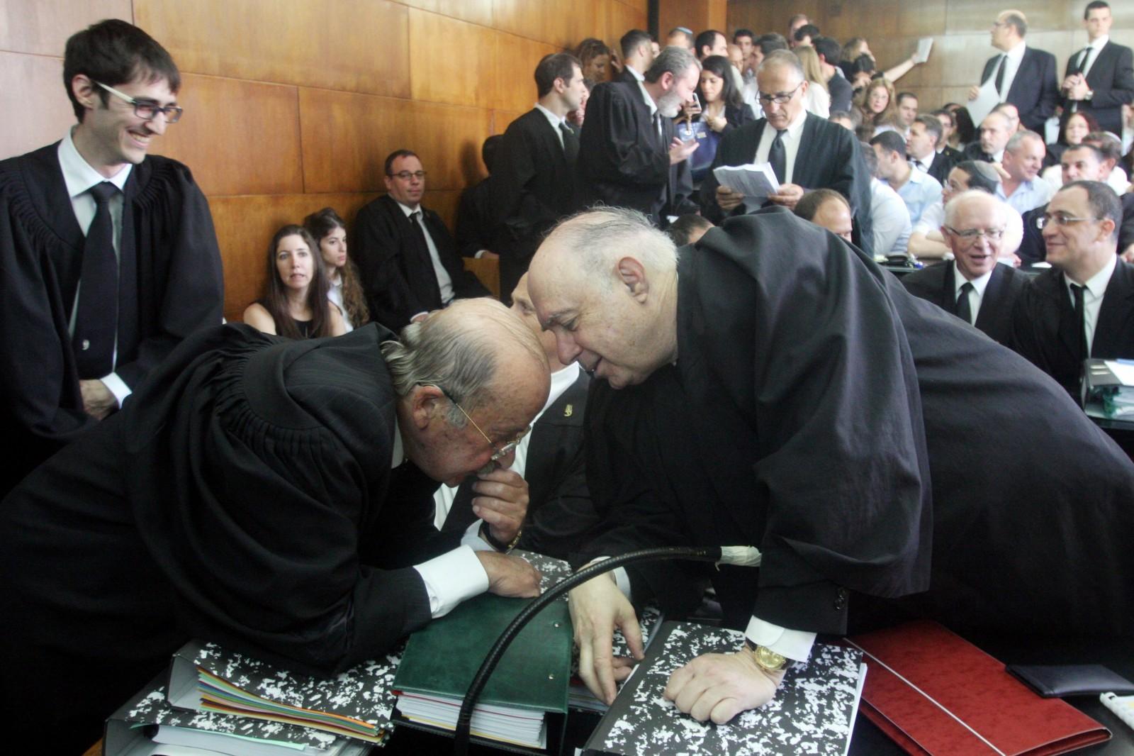 עורכי-הדין רם כספי (שמאל) ופנחס רובין אתמול בבית-המשפט, בדיון בבקשת נושי אי.די.בי פיתוח (צילום: רוני שיצר)