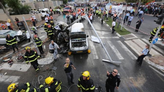 שוטרים צועקים על צלמים בזירת תאונת דרכים, 10.4.13 (צילום: חגי אהרון)