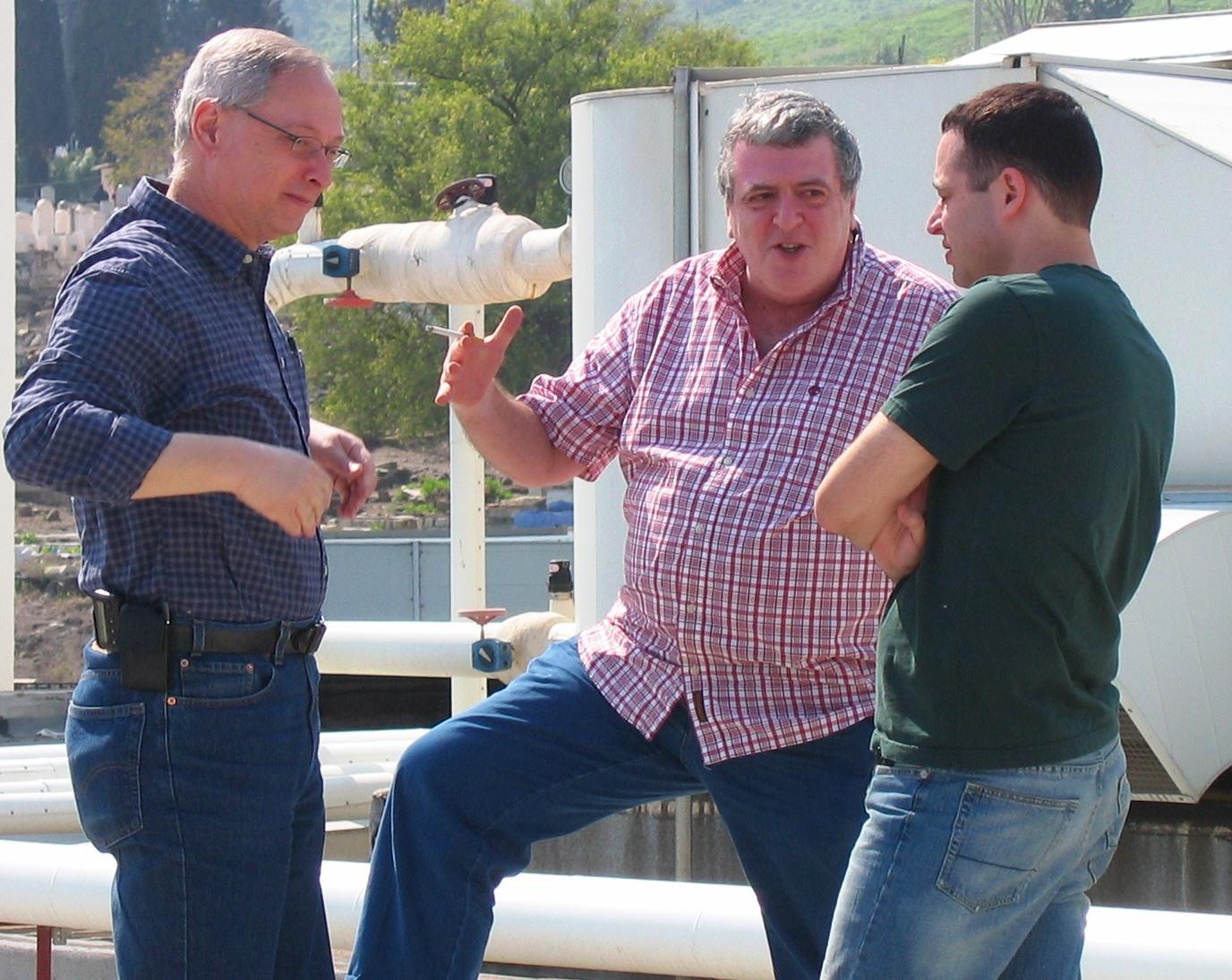 """אמנון דנקנר בימיו כעורך """"מעריב"""", עם שני סגניו, רון לשם (משמאל) ואבי בטלהיים. 2005 (צילום: """"העין השביעית"""")"""