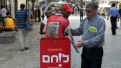 """חלוקת גליונות """"ישראל היום"""", נובמבר 2009 בירושלים (צילום: קובי גדעון)"""