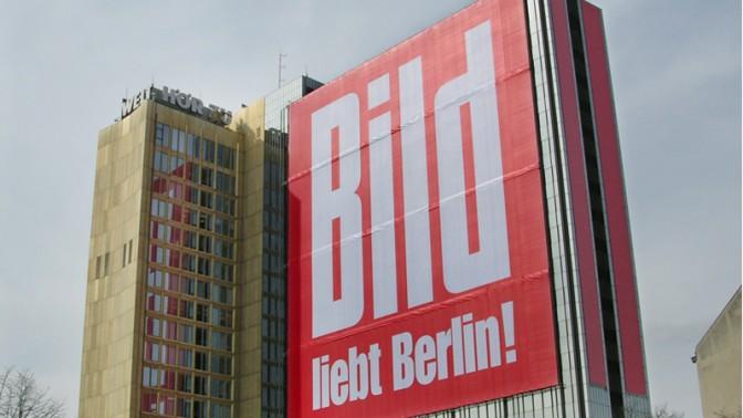 """""""בילד אוהב את ברלין"""", כרזה על בניין אקסל שפרינגר בברלין, 2008 (צילום: אקסל שפרינגר)"""