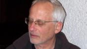 """יגאל סרנה בערב לזכרו של דב יודקובסקי, 28.12.10 (צילום: """"העין השביעית"""")"""