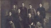"""בוברויסק, רוסיה הלבנה, בתקופת המהפכה הרוסית: בשורה העליונה, שני משמאל, אב""""א אחימאיר (אז עוד נקרא הייסנוביץ'). שלישי משמאל – קדיש לוז, לימים שר החקלאות ויו""""ר הכנסת, במדי חייל בצבא. בשורה למטה: משמאל: מאיר הייסנוביץ', אחיו של אב""""א, שנהרג ב-1919 ולזכרו החליף אב""""א את שם משפחתו לאחימאיר. האיש מימין הוא אליהו דובקין, לימים ראש מחלקת העלייה של הסוכנות היהודית"""