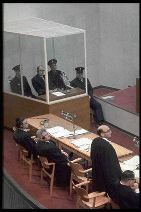 """משפט אייכמן, עומד: גדעון האוזנר. יושב משמאל, הפרקליט סרווציוס; 5.4.61 (צילום: מילי ג'ון, לע""""מ)"""