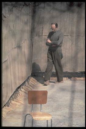 """אדלוף אייכמן בחצר תאו בכלא רמלה, 1.4.61 (צילום: מילי ג'ון, לע""""מ)"""