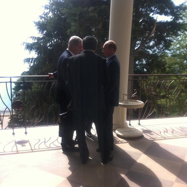 ראש הממשלה בנימין נתניהו, הנשיא הרוסי ולדימיר פוטין וסגן שר החוץ זאב אלקין מסתודדים בעיר סוצ'י שברוסיה (צילום: דף הפייסבוק של ראש הממשלה)