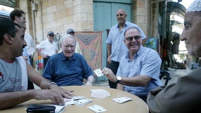 וורן באפט ואיתן ורטהיימר יושבים למשחק קלפים בעיר העתיקה בירושלים, 17.9.2006 (צילום: פייר תורג'מן)
