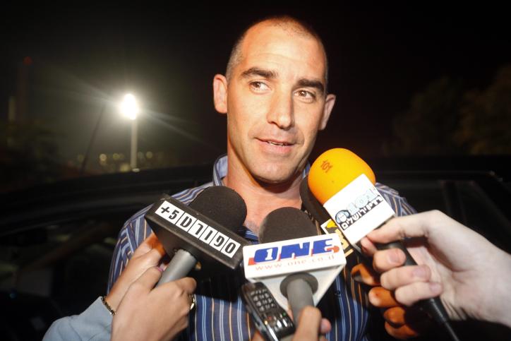איציק קורנפיין מתראיין, נובמבר 2010 (צילום: מרים אלסטר)