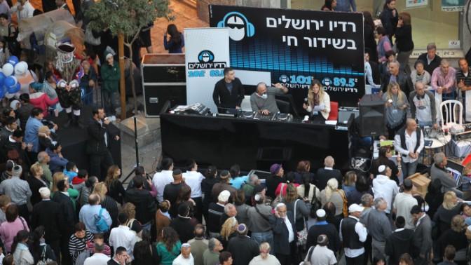 רדיו ירושלים בשידור חי מכיכר ציון בירושלים, נובמבר 2011 (צילום: נתי שוחט)