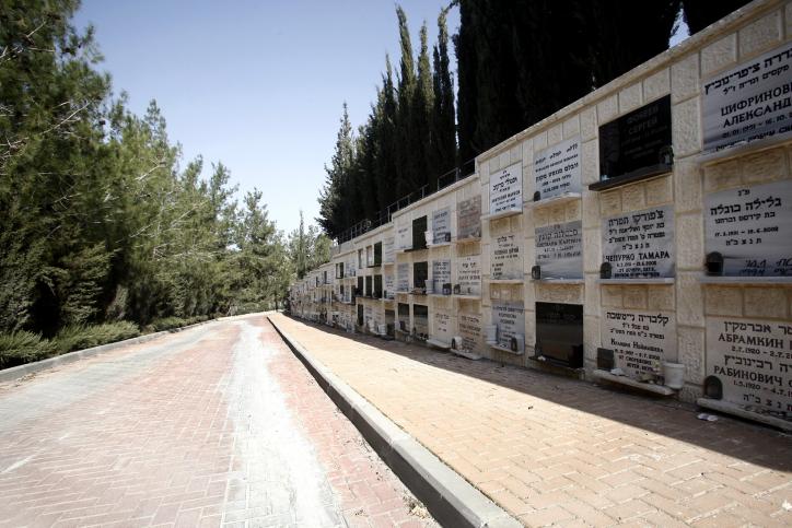 קבורה בקומות בבית-העלמין בגבעת-שאול, ירושלים (צילום: אורי לנץ)