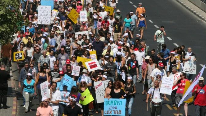 """עובדי """"מעריב"""" מפגינים נגד הבעלים הקודמים של העיתון, עופר נמרודי ונוחי דנקנר, 20.9.12 (צילום: רוני שיצר)"""