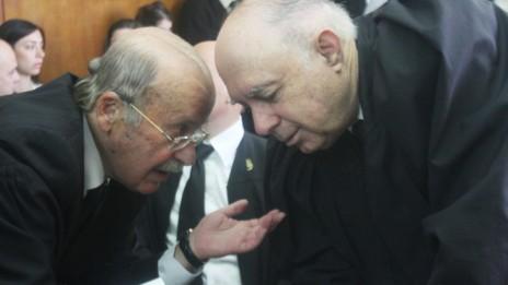עורכי-הדין פנחס רובין (מימין) ורם כספי מתייעצים במהלך דיון על אי.די.בי בבית-המשפט, 28.4.13 (צילום: רוני שיצר)