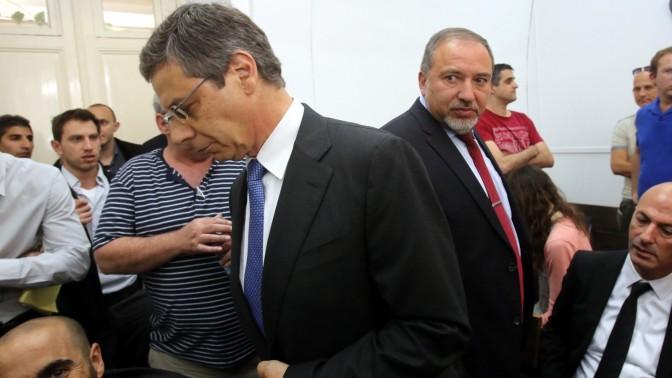 שר החוץ לשעבר אביגדור ליברמן (מימין) וסגנו המודח דני אילון, אתמול בבית המשפט (צילום: יוסי זמיר)