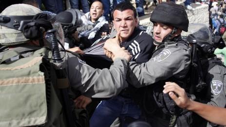 """שוטרי מג""""ב עוצרים פלסטיני, אתמול בירושלים (צילום: סלימן חאדר)"""