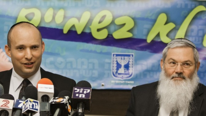 שר הכלכלה והמסחר נפתלי בנט (משמאל) וסגן השר לענייני דתות אלי בן דהן מודיעים אתמול על רפורמה בשירותי הדת (צילום: פלאש 90)