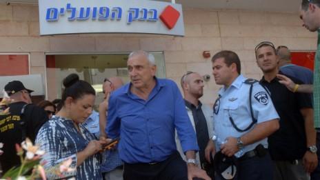 השר יצחק אהרונוביץ', מחוץ לסניף בנק הפועלים בבאר-שבע, 20.5.13 (צילום: דודו גרינשפן)