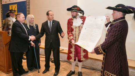 """ד""""ר מרים ושלדון אדלסון מקבלים אות אזרחות כבוד מראש עיריית ירושלים ניר ברקת, אתמול (צילום: מיכל פתאל)"""
