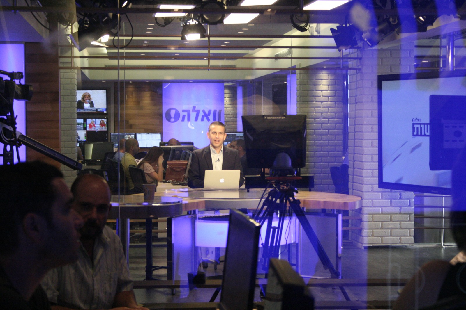 """ינון מגל באולפן הטלוויזיה של """"וואלה"""" (צילום: """"העין השביעית"""")"""