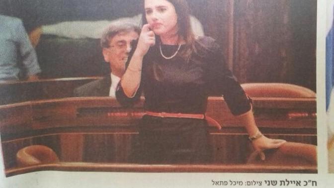 """כיתוב תמונה שגוי מציג את ח""""כ איילת שקד כעיתונאית איילת שני. """"הארץ"""", 2.5.2013"""