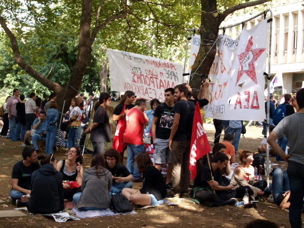 הפגנה מול בניין רשות השידור היוונית, נגד סגירתה על-ידי הממשלה, 13.6.13 (צילום: linmtheu, רשיון cc-by-sa)