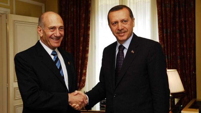 """ראש ממשלת טורקיה, רג'פ טאיפ ארדואן, תוקע כף עם אהוד אולמרט. צרפת, 2008 (צילום: אבי אוחיון, לע""""מ)"""