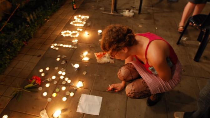 חברי הקהילה הגאה מתאבלים מיד אחרי הרצח בבר-נוער. גן מאיר בתל-אביב, 2.8.09 (צילום: גילי יערי)