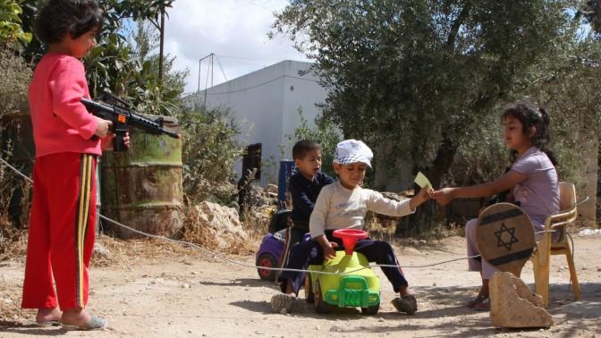 """ילדים פלסטינים משחקים ב""""מחסום"""" (צילום: וואג'י אשטייה, 27.6.10)"""
