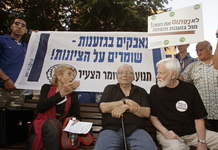 מימין: אורי אבנרי, יורם קניוק ושולמית אלוני, בהפגנה נגד חקיקה ימנית, 7.11.10 (צילום: אורי לנץ)
