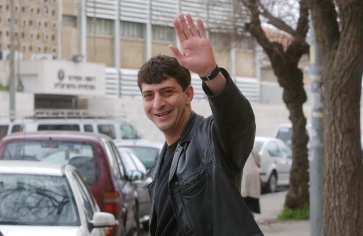 זליג רבינוביץ' ליד בניין הטלוויזיה ברוממה, 2003 (צילום: פלאש90)